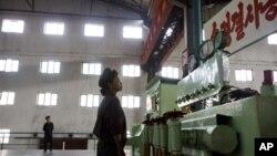 10일 함흥 비료 공장의 북한 근로자.