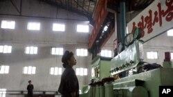 Seorang pekerja Korea Utara tengah memeriksa mesin untuk mensterilkan barang-barang di sebuah pabrik di Hamhung, Korea Utara (Foto: dok).