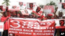 납치된 소녀들의 석방을 요구하는 시위대