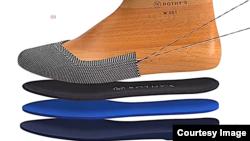 Perusahaan rintisan San Francisco menggunakan botol plastik yang di daur ulang untuk membuat sepatu perempuan bermerek Rothy's (foto: dok).
