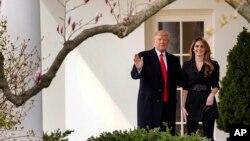 El presidente Donald Trump saluda mientras camina con la saliente directora de comunicaciones de la Casa Blanca, Hope Hicks el 29 de marzo de 2018. Hicks ha sido llamada a testificar ante la Comisión Judicial de la Cámara de Representantes.