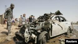 Polisi memeriksa lokasi serangan bom di Kirkuk, utara Baghdad, Irak (23/7). Sedikitnya 115 korban tewas akibat serangan bom dan penembakan dalam serangan hari Senin di seluruh Irak.