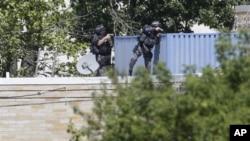Бойцы спецподразделения полиции обследуют крышу сикхского храма в Оук-Крик, Висконсин
