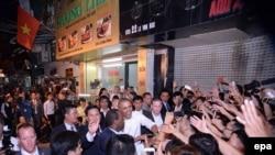 Tổng thống Obama bắt tay người dân sau khi thưởng thức món bún chả Hà Nội.
