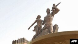 Các công nhân Bắc Triều Tiên chuẩn bị khánh thành tượng đài 'Phục hưng châu Phi', 02/04/2010, Dakar, Senegal