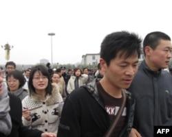 在天安门广场呼喊口号的男子(右二)