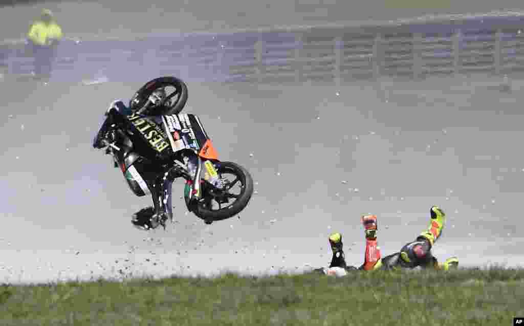 កីឡាករប្រណាំងម៉ូតូ Marcos Ramirez មកពីអេស្ប៉ាញក្រឡាប់ម៉ូតូនៅក្នុងការប្រណាំងម៉ូតូ Moto3 Race Australian Motorcycle Grand Prix នៅលើកោះ Phillip ប្រទេសអូស្ត្រាលី។