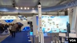 2013年莫斯科航展上展出的俄罗斯质子火箭和发动机模型。(美国之音白桦拍摄)