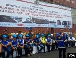 Dirjen Gakkum KLHK memberikan keterangan terkait penyelundupan 300 kontainer kayu ilegal asal Papua di Pelabuhan Teluk lamong Surabaya, Rabu (17/1) (foto Petrus Riski/VOA).