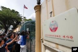 지난 22일 말레이시아 쿠알라룸푸르 주재 북한 대사관 앞에서 취재 기자들이 김정남 암살 용의자 관련 정보를 얻기 위해 대기하고 있다.