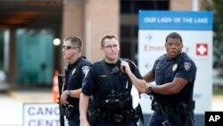 2016年7月17日,警察把守着路易斯安那州巴顿鲁日抢救伤员的医院门口。