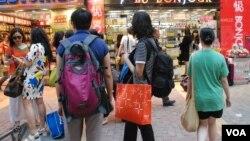 過去10年大陸自由行旅客湧港,造成藥房、化妝品店大幅增加,令香港零售業單一化 (美國之音湯惠芸拍攝)
