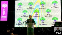 Salahettîn Demîrtaş li dema konferansa HDP ya Stenbolê.