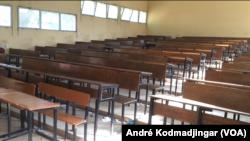 Les de classes sont vides depuis le 20 mars à cause du Covid-19, le 11 mai 2020. (VOA/André Kodmadjingar)