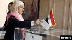 一名居住在黎巴嫩的埃及妇女2012年12月12日在埃及驻黎巴嫩贝鲁特大使馆内对新的埃及宪法的公投投票