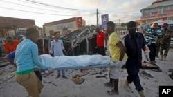 Abanyesomaliya bateruye ikiziga c'umunyagihugu yishwe mu gitero i Mogadishu, Somalia, itariki 28/09/2017.