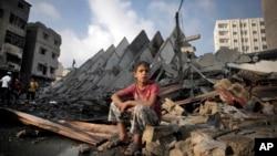 26일 가자지구에 이스라엘 군의 공습이 있은 후 15층 짜리 건물이 무너져내렸다.