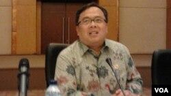 Menteri Keuangan Bambang Brodjonegoro mengatakan, menjaga stabilitas sangat penting sehingga ekonomi Indonesia tidak mudah terpuruk, seperti dialami Yunani, dalam penjelasan kepada media di Jakarta, Kamis 2/7 (VOA/Iris Gera).