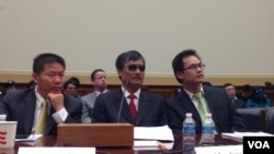 中国山东维权人士陈光诚首次现身美国国会就中国人权现状作证(美国之音方方拍摄)