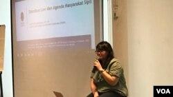 Direktur Eksekutif PSHK Gita Putri Damayana dalam diskusi publik mengenai Omnibus Law RUU Cipta Kerja di Bandung, Jumat (14/2) sore. (VOA/Rio Tuasikal)