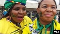 Abantu bavalelisa umuyi uNkosikazi Winnie Madikizela Mandela.