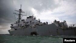 L'impact de la collision est visible sur le destroyer USS S. John McCain lundi au large de Singapour, 21 août 2017.