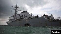 Kapal AS USS John S. McCain pasca tabrakan di sebelah timur Singapura, Senin (21/8).