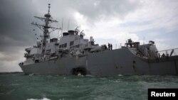 21일 미 해군 구축함 존 S. 매케인 함이 싱가포르 동쪽 믈라카 해협에서 상선과 충돌한 후 해군기지로 귀환하고 있다.