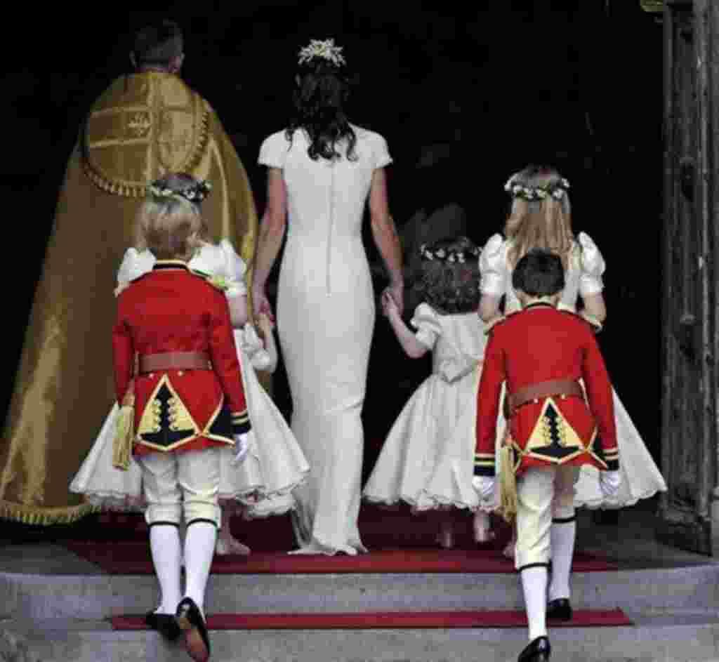 La dama de honor Pippa Middleton llega junto a los pajes y los portadores del anillo a la Abadía de Westminster en la Boda Real del príncipe Guillermo de Gran Bretaña y Kate Middleton.