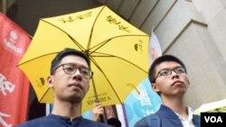 前学生领袖黄之锋(右)和罗冠聪进入终审法院前 (美国之音汤惠芸拍摄)