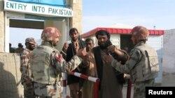 지난 7일 파키스탄 차만 국경 검문소에서 파키스탄 군인들이 아프가니탄에서 귀국하는 시민을 검사하고 있다.