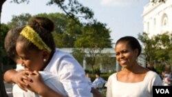 Presiden Barack Obama menyambut istrinya Michelle Obama dan anaknya Sasha yang baru tiba dari Spanyol. Obama merayakan ulang tahunnya bersama para bintang bola basket di Gedung Putih hari Minggu, 8 Agustus 2010.
