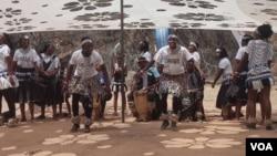 Chikwata chenziyo dzechinyakare chichitandadza vanhu vaungana paDomboshaba Cultural Festival muBotswana.