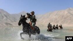 စစ္ေရးေလ့က်င့္ေနတဲ့ တရုတ္ျပည္သူ႔လြတ္ေျမာက္ေရး တပ္မေတာ္ (PLA) ကို တရုတ္ႏိုင္ငံ Xinjiang ေဒသမွာေတြ႔ရ။ (ၾသဂုတ္ ၂၈၊ ၂၀၂၀)