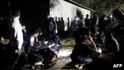Nhân viên an ninh Thái Lan xem xét hiện trường cuộc tấn công ở tỉnh Narathiwat, 20/1/2011