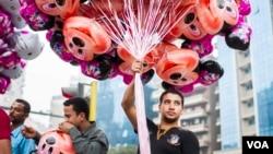 埃及開羅街道上小販販賣氣球。