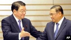 ျမန္မာႏိုင္ငံျခားေရး၀န္ႀကီး ဦး၀ဏၰေမာင္လြင္ ဂ်ပန္ခရီးစဥ္အတြင္း ဂ်ပန္အစိုးရအရာရွိ Osamu Fujimura က ႀကိဳဆို ႏႈတ္ဆက္ေနစဥ္ (ေအာက္တိုဘာလ ၂၀၊ ၂၀၁၁)