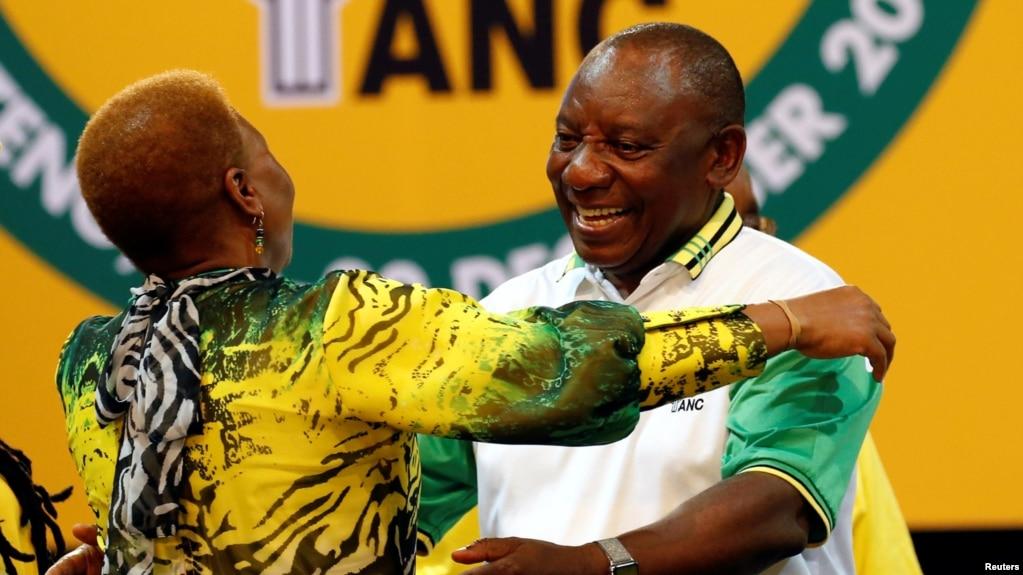 Cyril Ramaphosa célèbre sa victoire après avoir remporté l'élection de l'ANC, à Johannesburg, le 18 décembre 2017.
