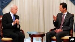 Arxiv surat - Suriya Prezidenti Bashar Assad (o'ngda) BMTning Suriya bo'yicha vakili Staffan de Mistura bilan Damashqda uchrashmoqda, 10-niyabr, 2014-yil