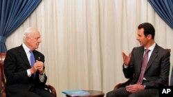 叙利亚通讯社发布的照片显示叙利亚总统阿萨德(右)和联合国特使会谈(2014年11月10日)