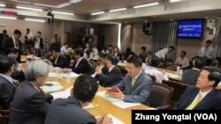 台湾执政党国民党立委重回立法院开会(美国之音张永泰拍摄)