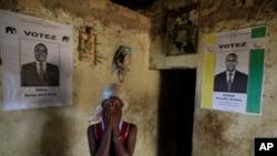Visage couvert de ses mains, une femme de 21 ans originaire de l'ethnie Guéré affirme qu'elle a été enlevée, violée et laissée avec une grossesse par des soldats Forces républicaines soldats alliés au président Alassane Ouattara, dans un village près de B