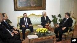 La secrétaire générale du Fonds monétaire international, Christine Lagarde et le président égyptien Mohammed Morsi au Caire, en Egypte, le 22 août 2012.