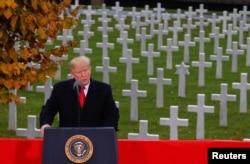 美国总统特朗普2018年11月11日在巴黎的美国公墓和纪念馆参加第一次世界大战结束100年纪念仪式时发表讲话。