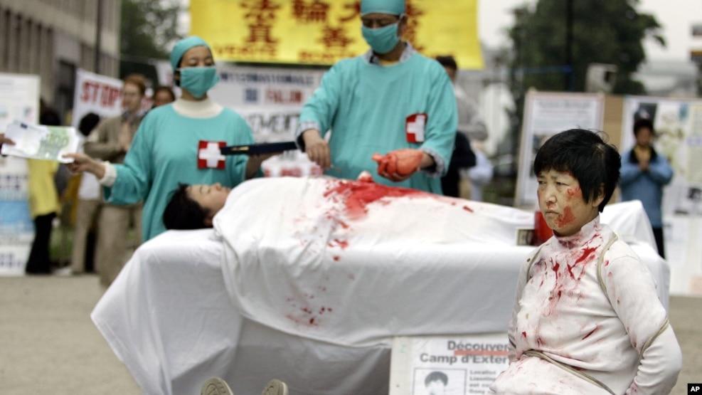 Hình tư liệu - Những thành viên Pháp Luân Công biểu tình trước tòa nhà Hội đồng châu Âu ở Brussels - Bỉ, năm 2006, để yêu cầu giúp đỡ chống lại những gì mà họ gọi là thu hoạch nội tạng bất hợp pháp của thành viên Pháp Luân Công ở Trung Quốc.