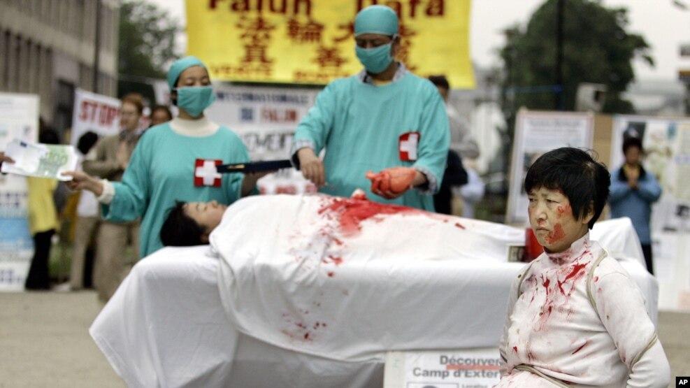 名法轮功学员2006年6月15日在欧洲委员会前抗议他们所说的中国摘除法轮功学员器官的犯罪行为