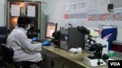 Balai Laboratorium Kesehatan di Bandung, laboratorium rujukan TB nasional dengan sertifikasi internasional. (VOA/R. Teja Wulan)