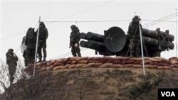 Marinir Korea Selatan menyiapkan Cheonma, sistem pertahanan misil darat ke udara di pulau Baengnyeong, dekat perbatasan Korut.