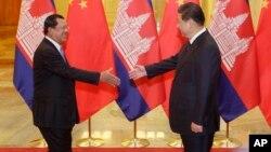 中国国家主席习近平在北京人大会堂会晤到访的柬埔寨首相洪森(左)。(2014年11月7日)