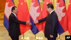 Thủ tướng Campuchia Hun Sen bắt tay Chủ tịch Trung Quốc Tập Cận Bình tại Đại sảnh đường Nhân dân ở Bắc Kinh hồi tháng 11/2014.